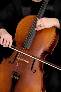 Cello spillet med bue