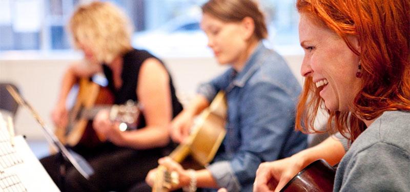 Elever bliver undervist i guitar