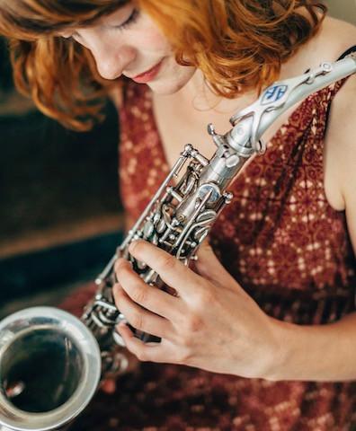 Rødhåret kvinde med saxofon