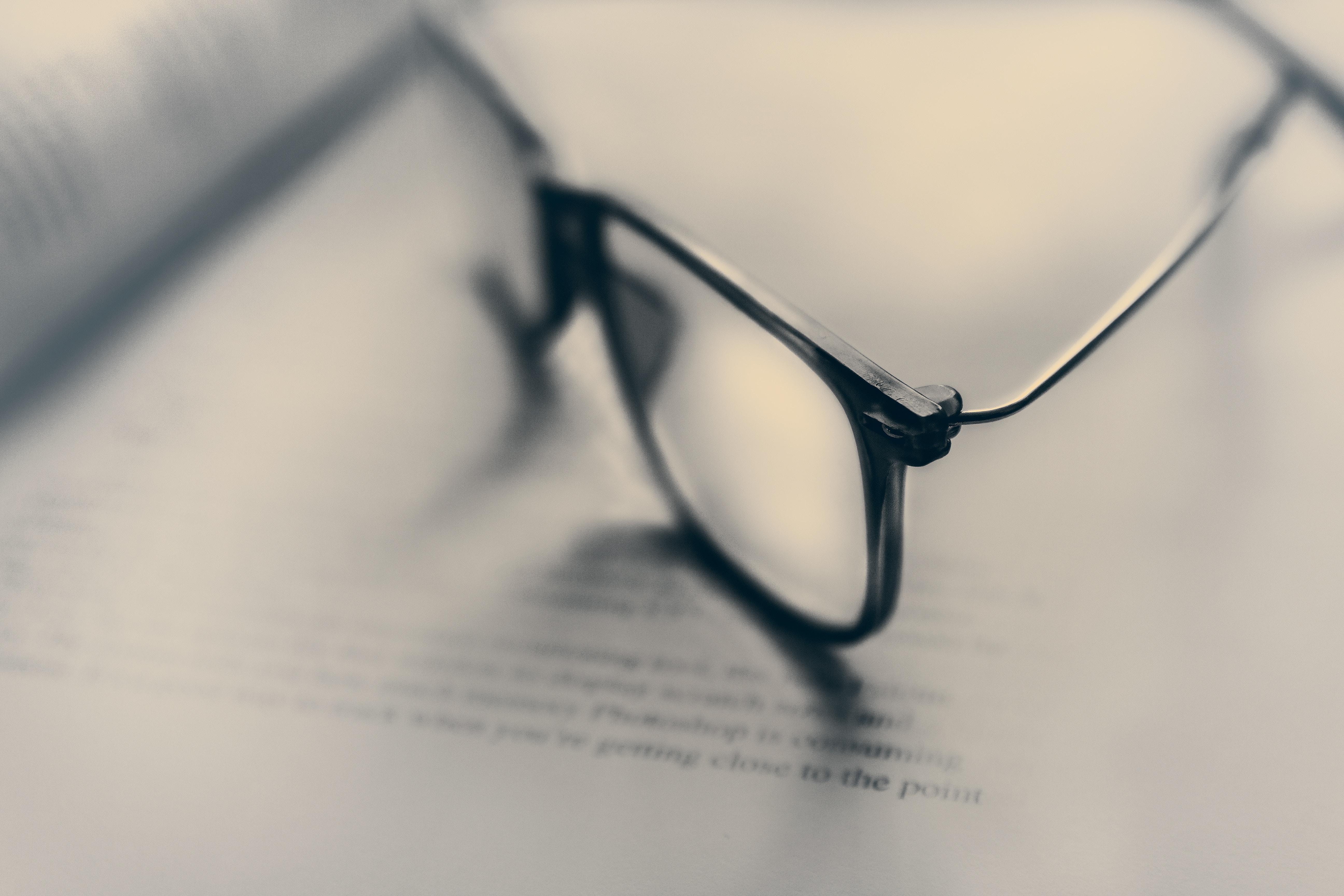 Briller lagt på nodepapir