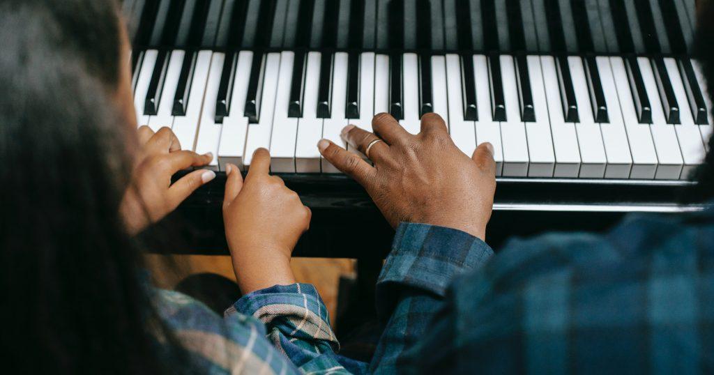 At spille et instrument gør, at du styrker dine muskler, balance, koordination og dine fin- og grovmotoriske evner. Både strengeinstrumenter, trommer og klaver kræver, at du kan gøre noget forskelligt med hver hånd på samme tid. Find undervisning i at spille eller synge på Musikundervisning.dk