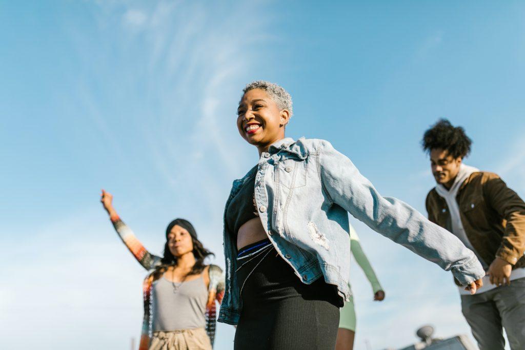 Musik-fællesskaber skaber sammenhængskraft og knytter os til hinanden. Når vi spiller og synger sammen, bliver vi en enhed, der er ikke kan fungere, uden at alle i gruppen er med. Og samtidig fjerner musikken de forskelle og uligheder, der er mellem os, for en stund. I musikken er vi lige og står sammen.