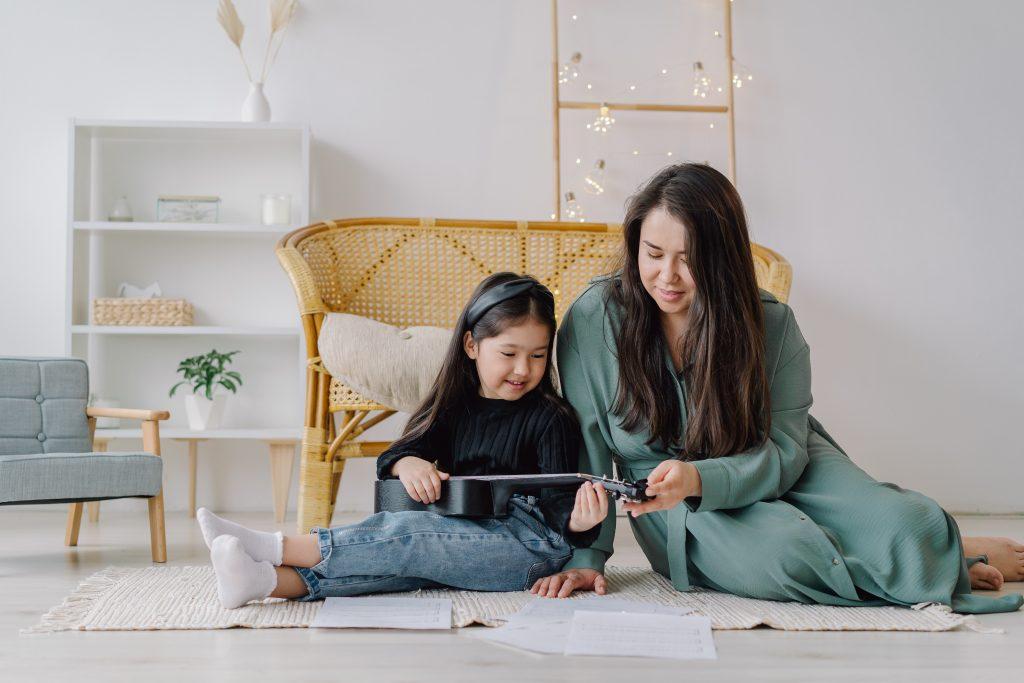 Det er især dig selv, som forældre, der kan introducere dit barn for instrumenter, sang, genrer, dans og rytme og vække den første nysgerrighed i dit barn. Vi guider dig til, hvordan du ellers får dit barn i gang med musikundervisningen.