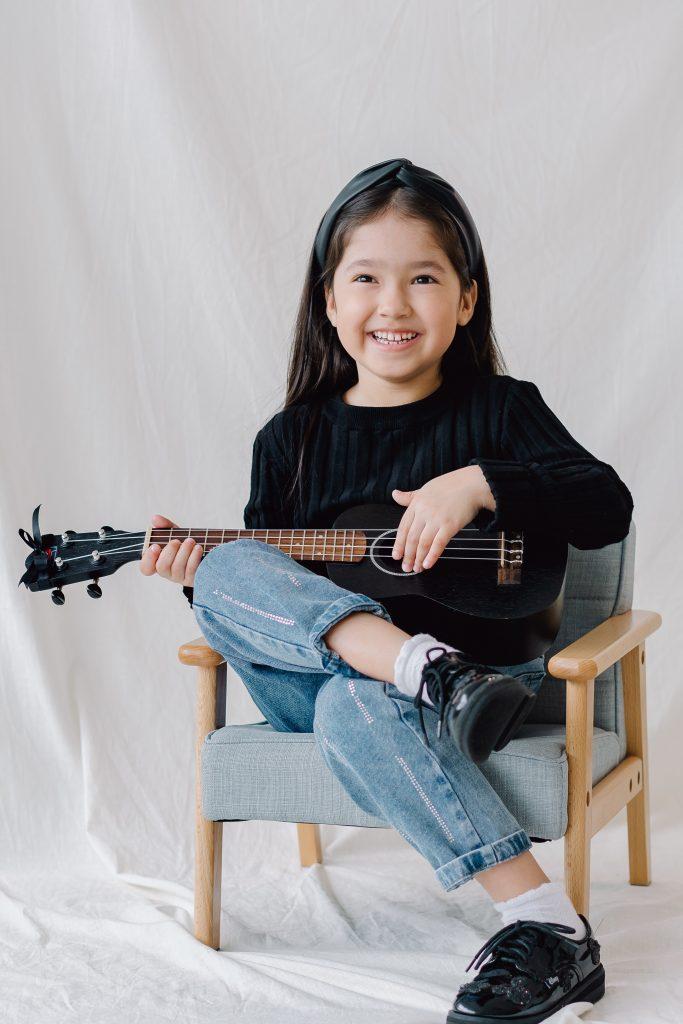 Når dit barn har fået øjnene op for glæden ved musik, så er det en god ide at lade ham/hende starte til undervisning. Og her er det allerbedst, hvis dit barn er et sted mellem to og 12 år gammel.
