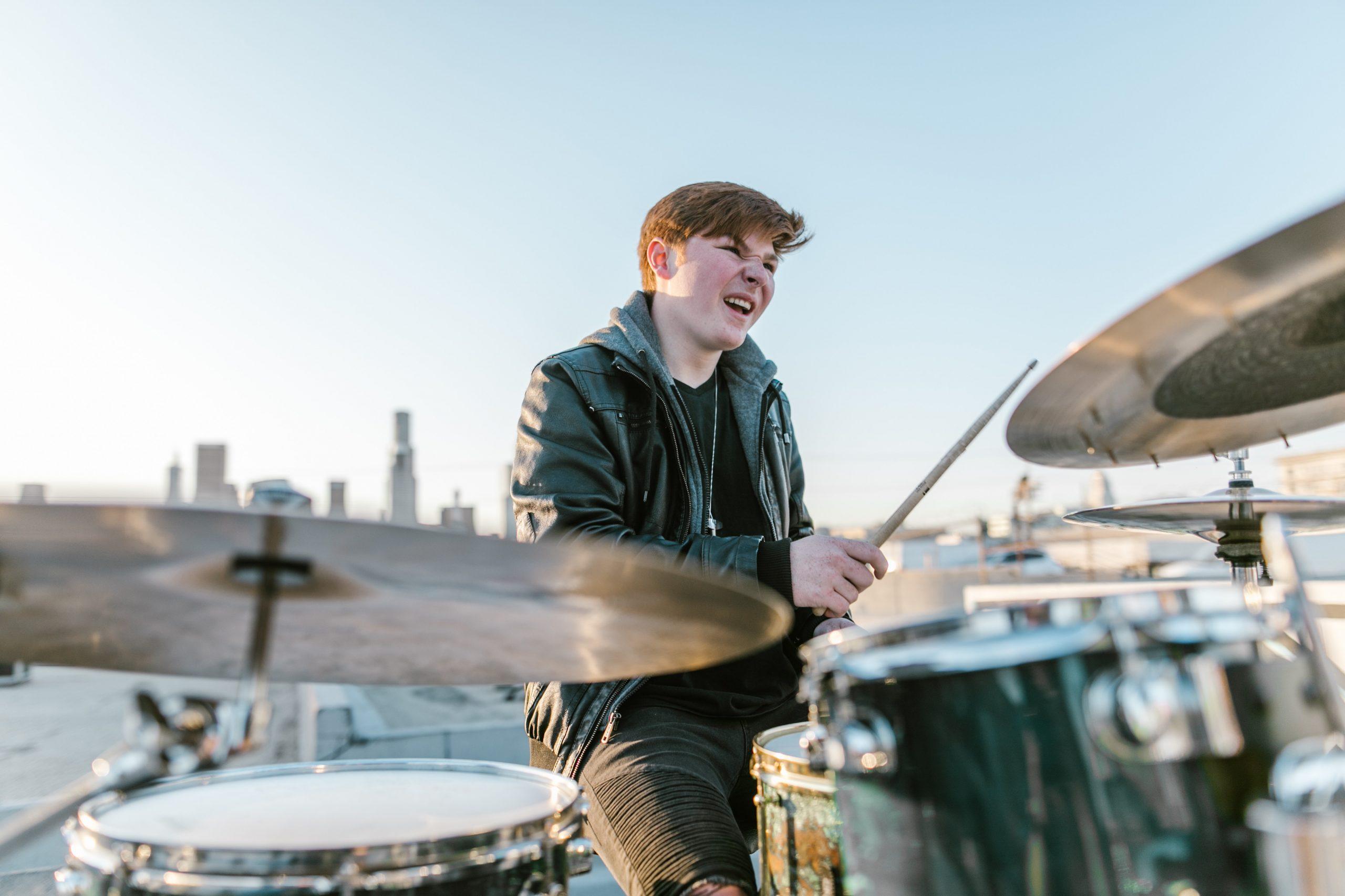 Guide sådan kommer du i gang med at spille trommer