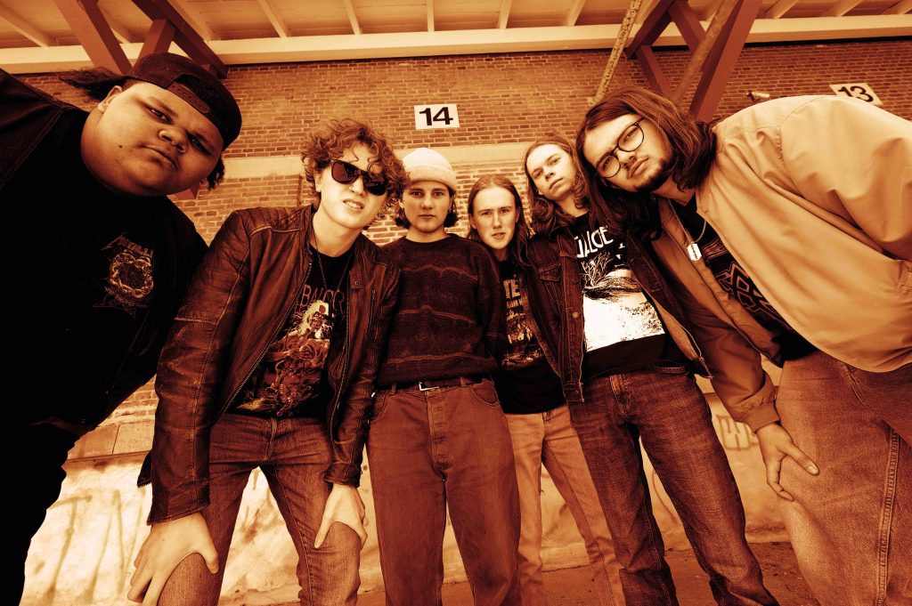 Seks gutter fandt hinanden på musikefterskolen Klejtrup og dannede bandet Schwartzheim. Nu er de gået videre til finalen i den store Emergenza konkurrence for upcoming bands